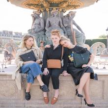 LA MINUTE SABRINA 💼 - Le saviez-vous ? Le shooting a été fait quelques jours après le déconfinement en mai et nous avons pu profiter d'endroits emblématiques de Paris quasiment vides. C'était impressionnant et magnifique ❣️⠀⠀⠀⠀⠀⠀⠀⠀⠀ Ici sur la Place de la Concorde.⠀⠀⠀⠀⠀⠀⠀⠀⠀ Des amoureux de Paris par ici ? ❤️⠀⠀⠀⠀⠀⠀⠀⠀⠀ -⠀⠀⠀⠀⠀⠀⠀⠀⠀ Sacs Silvia, Victoria & Mathilda⠀⠀⠀⠀⠀⠀⠀⠀⠀ #laminutesabrina #librebelleepanouie #sabrinaparis #welovesabrinaparis