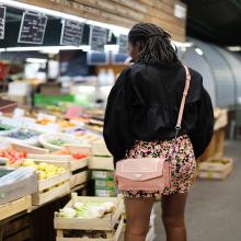 LUMINEUSE 🌷 - Avec ce beau temps on sort son sac en coloris «blush» et sa jupe à fleurs et on file au marché. La vie en rose. - Sac Bonnie #librebelleepanouie #welovesabrinaparis #marchedesenfantsrouges #paris #parisienne