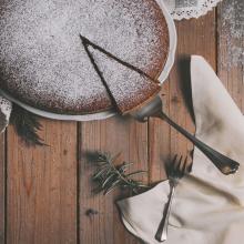 GOÛTER 🧁 - Une gourmandise pour les yeux à l'heure du goûter. On a un faible pour le gâteau au chocolat par ici, et vous ?⠀⠀⠀⠀⠀⠀⠀⠀⠀ -⠀⠀⠀⠀⠀⠀⠀⠀⠀ #chocolatecake #chocolat #taillemoileshanchesalahache