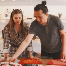 TEAM SABRINA 🐝 - Qu'est-ce que vous diriez de voir un plus la team qui travaille par ici ? Michel et Eugénie sont en train de choisir le cuir pour l'été prochain. Les coloris, le toucher, l'épaisseur du cuir, rien n'est laissé au hasard pour que vous ayez toujours accès à la meilleure qualité. Belle journée ✨ - #teamsabrina #workworkwork
