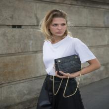 LE SAC DE LA SEMAINE 👛 - Hubertine est espiègle. Habillée d'une fine chaîne en laiton dorée, elle se moque de sa petite taille et ravive toutes les tenues qu'elle croise sur son passage.⠀⠀⠀⠀⠀⠀⠀⠀⠀ Hubertine est disponible en 6 coloris : noir, cognac, croco gris & bordeaux sur l'eshop ❤️⠀⠀⠀⠀⠀⠀⠀⠀⠀ -⠀⠀⠀⠀⠀⠀⠀⠀⠀ Sac Hubertine⠀⠀⠀⠀⠀⠀⠀⠀⠀ #librebelleepanouie #sabrinaparis #welovesabrinaparis #nouvellecollection #backtowork