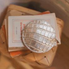 DÉTAILS ✨ - Un petit porte monnaie rond en cuir croco or. Dur de résister à tant de mignonnerie 😍 - Porte monnaie Églantine #sabrinaparis #welovesabrinaparis #librebelleepanouie