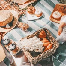 PIQUE NIQUE 🍒 - Ça sent bon l'été et le soleil, les après-midi à lézarder dans l'herbe et les pique nique assis par terre. Team pique nique cet été ? - #piquenique #été #campagne
