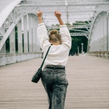 BYE BYE WEEK 🖐🏻 - Il est temps de dire bonjour au weekend. Qui saurait dire où se trouve Blandine sur cette photo ? Petit indice : c'est un pont de Paris duquel on voit très bien notre Dame de Fer 🤩 - Sac Victoria - #sabrinaparis #welovesabrinaparis #librebelleépanouie #pontdeparis