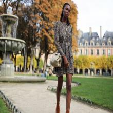 LA FEMME ESPRIT LIBRE 🍃 - Kevin ne met peut-être pas de paillettes dans vos vies mais nous oui ! Avec la collection Esprit Libre en toile et cuir et particulièrement ce coloris or 😍 - Sac Margot #librebelleepanouie #welovesabrinaparis #placedesvosges #paris #parisienne